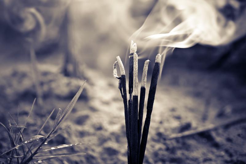 【え、これ霊臭?】突然くる腐敗、金属、線香、焦げ、タバコのにおいは要注意