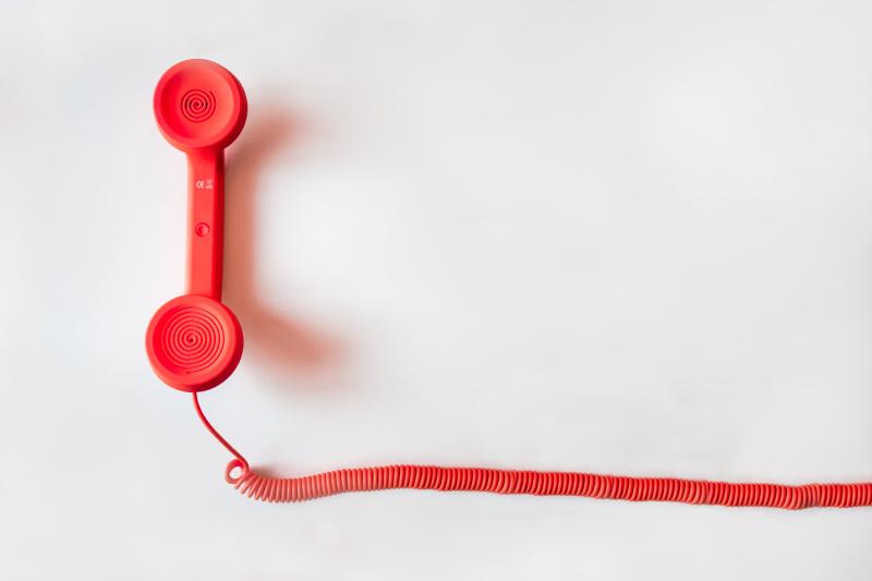 電話で悩み相談できるサービスを使う