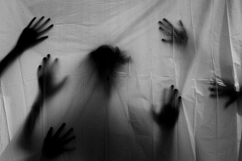 【これって心霊写真?】 写真の手が伸びる現象はなぜ起こるの?