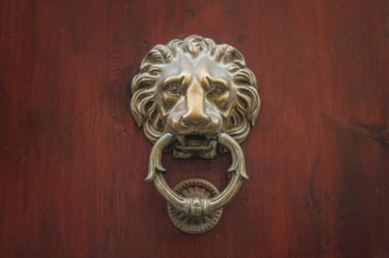 【玄関のチャイムが勝手に鳴る】原因を心霊現象の観点から紐解く